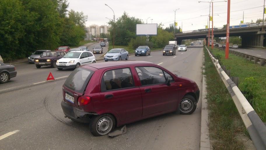 На Объездной Matiz с подачи Lacetti протаранил дорожное ограждение