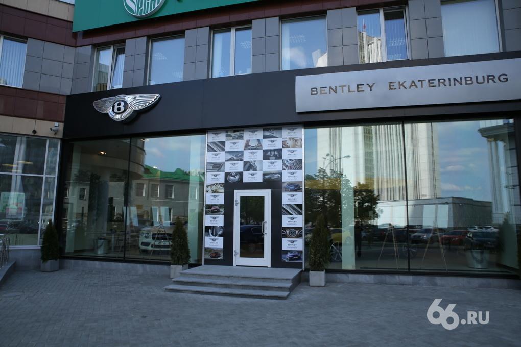 Голый камикадзе, атаковавший салон Bentley, отделался лишением прав