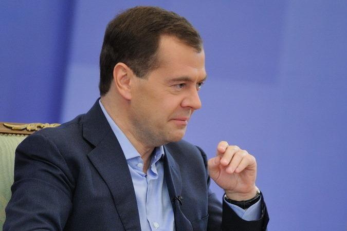 Медведев: аппарат чиновников нужно сократить еще на 10%