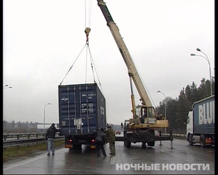 На Серовском тракте КамАЗ опрокинул 20-тонный контейнер
