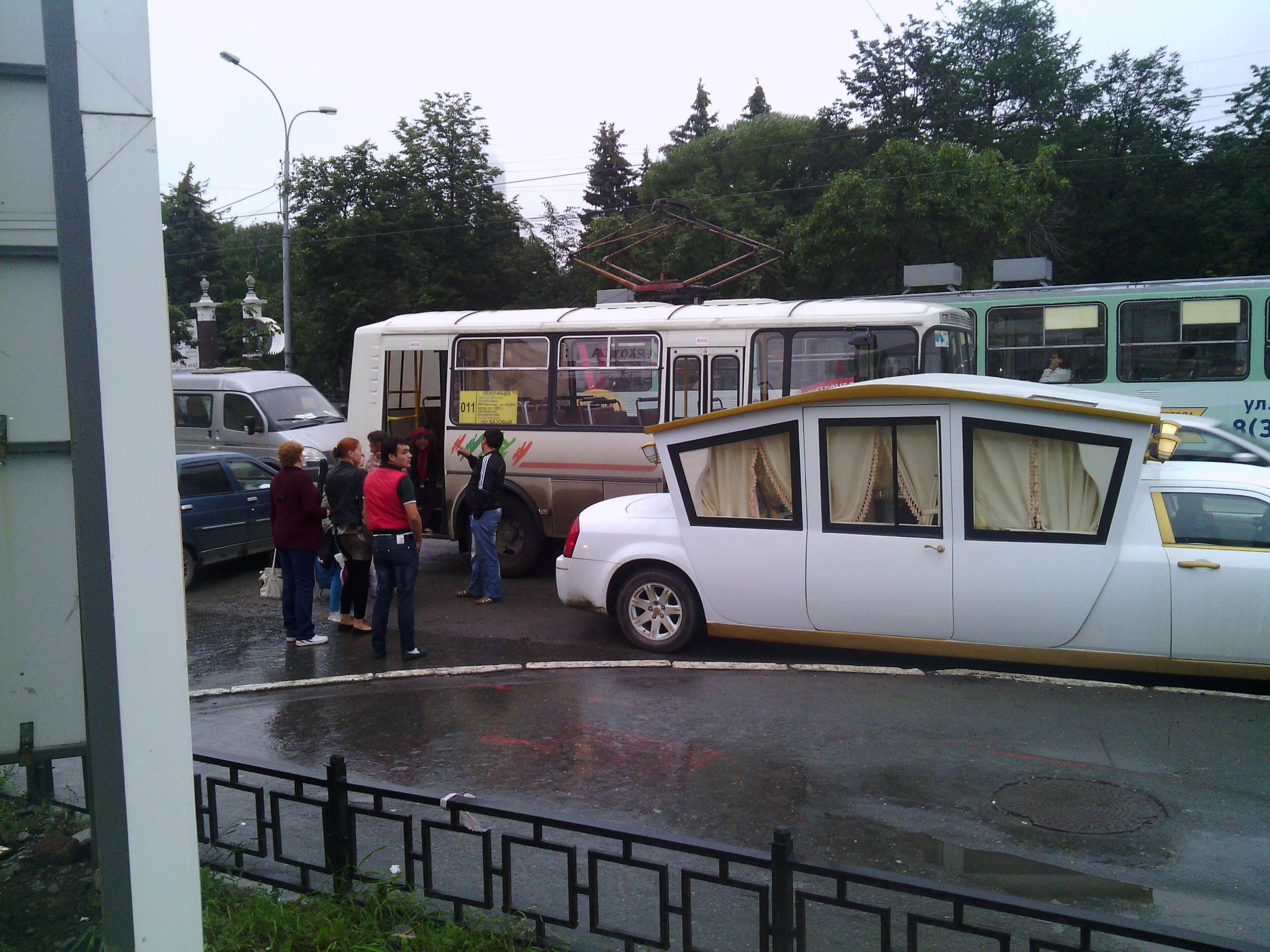На улице 8 Марта автобус столкнулся с лимузином-шапито