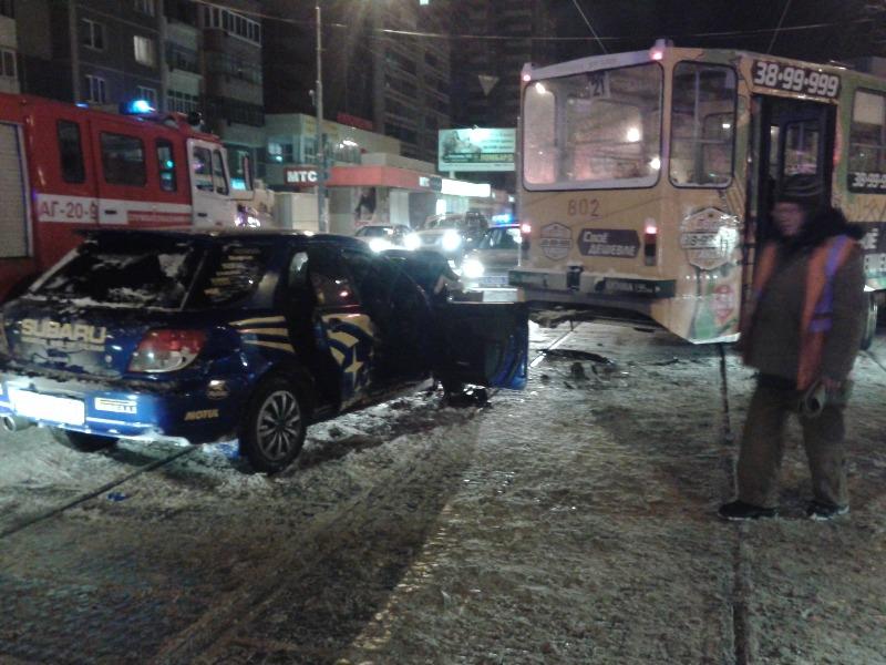 На ВИЗе водитель Subaru врезался в трамвай и погиб