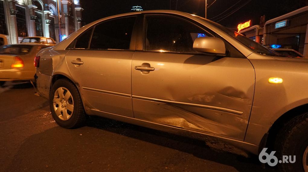 Hyundai и Renault столкнулись в центре Екатеринбурга