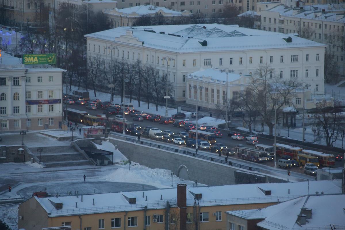 Екатеринбург встал в пробках после новогодних каникул