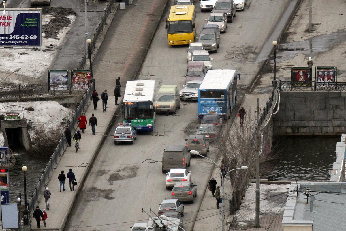 На мосту на Малышева транспорт не мог разъехаться из-за ДТП
