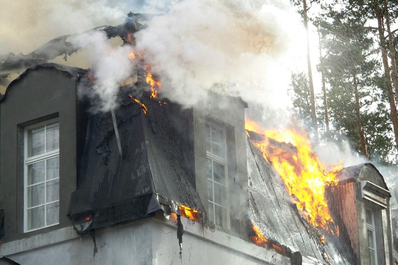 В элитном поселке «Галактика» горит трехэтажный частный дом