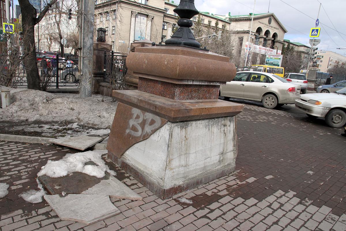 Ремонт на пятилетку: ограда аллеи на Ленина осыпается кусками гранита