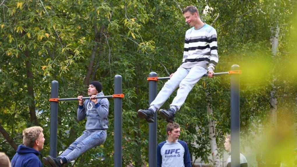 «Для будущих олимпийцев»: Антон Шипулин открыл две воркаут-площадки на Сортировке