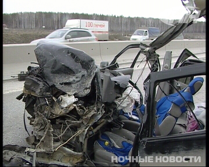 После столкновения с КамАЗом легковушка превратилась в металлолом