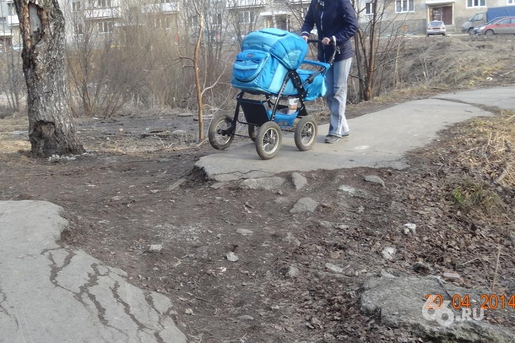 В аптеку и школу по бездорожью: жители тагильского поселка годами живут без тротуаров