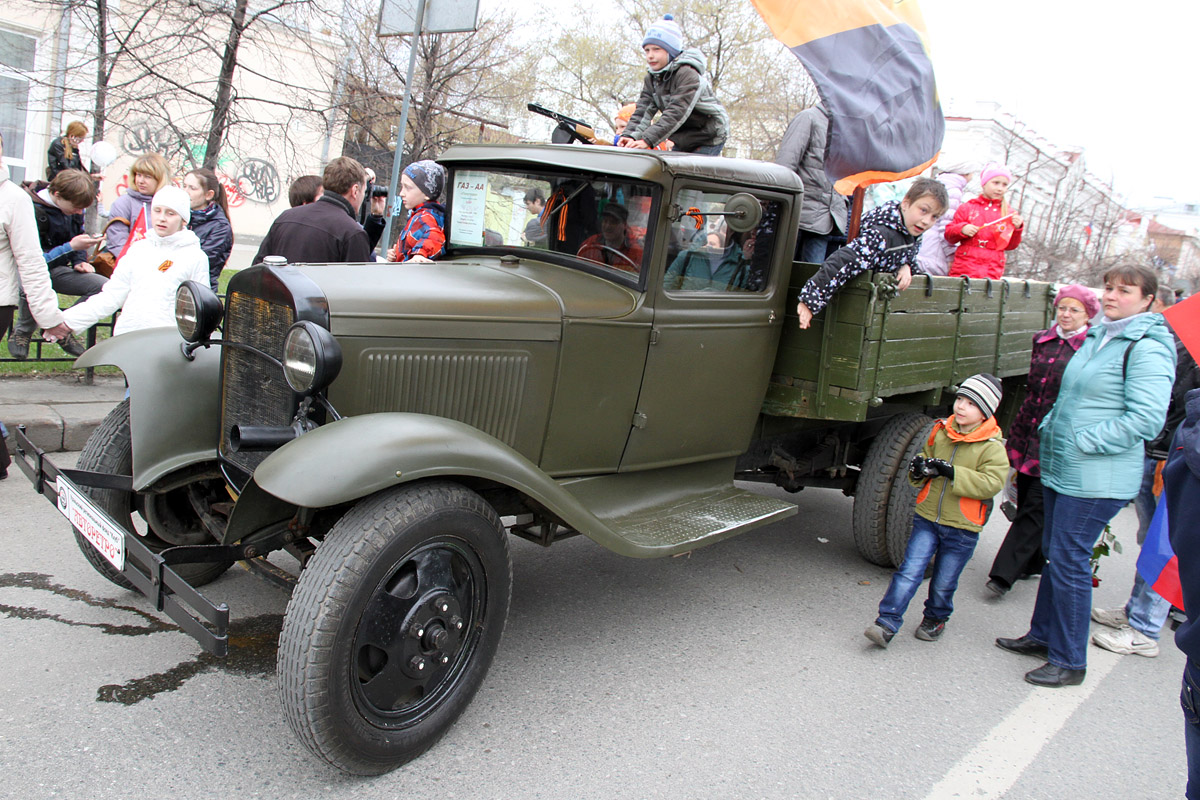 Екатеринбуржцам показали машины и мотоциклы военных лет