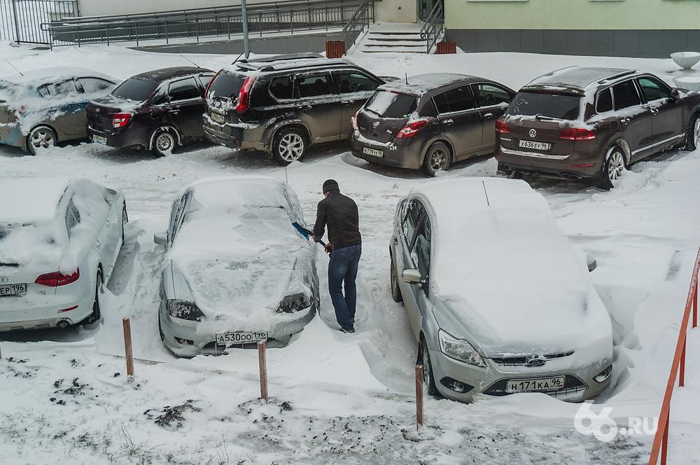 И это только октябрь! Города и дороги Свердловской области утопают в снегу