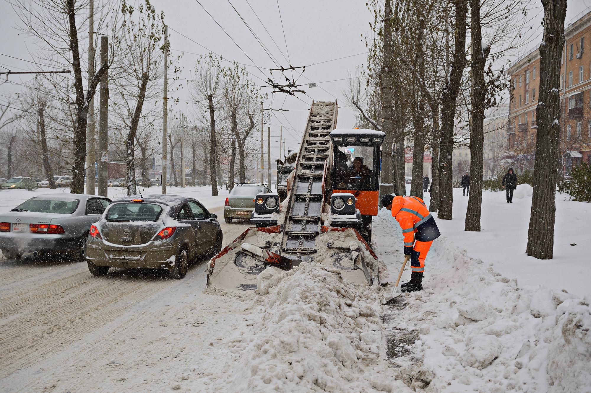 Пробки, самосвалы и замерзшие чиновники: мэрия устроила показательную уборку снега