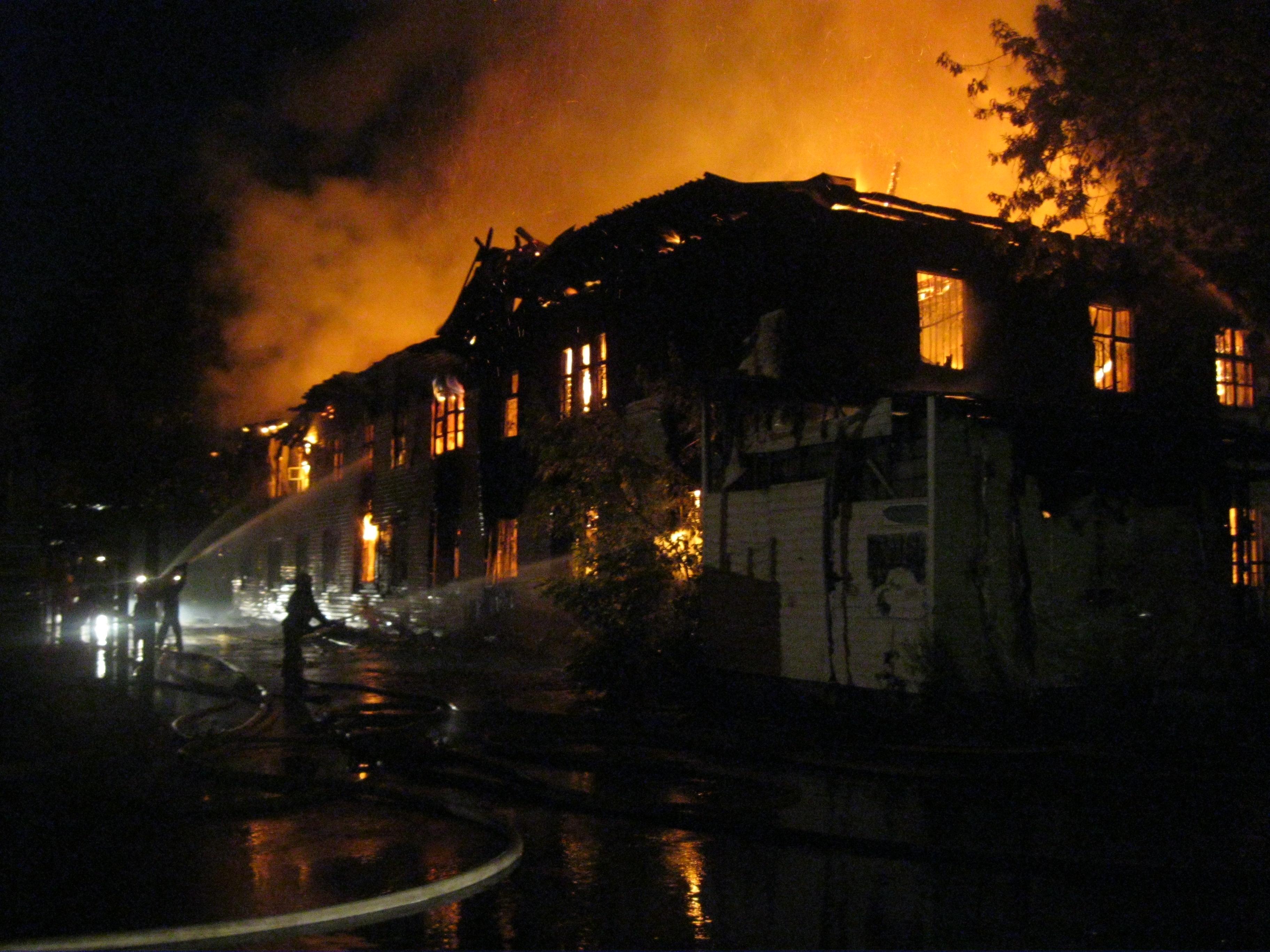 В Екатеринбурге сгорело здание бывшего медцентра «Бабур»