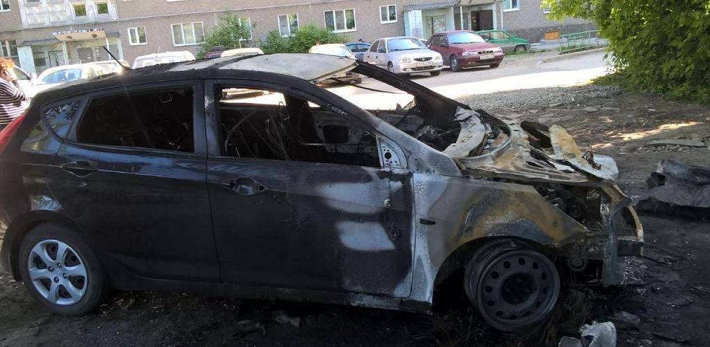 Ночью на Бебеля сожгли автомобиль: хозяева подозревают в поджоге управляющую компанию