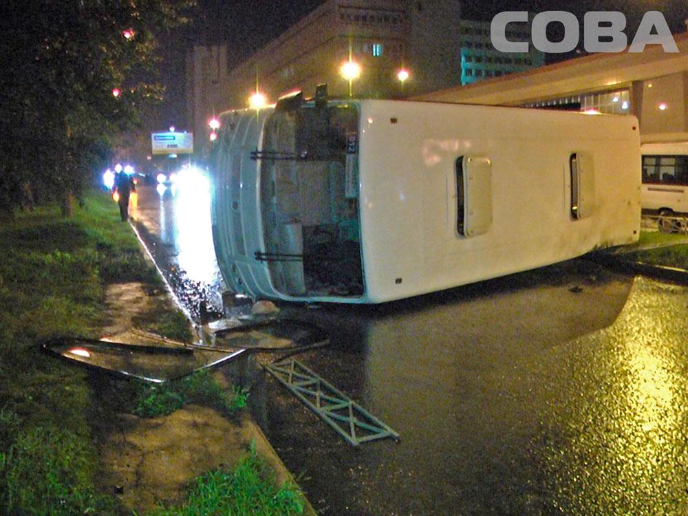 В грозу на Серафимы Дерябиной перевернулся маршрутный автобус