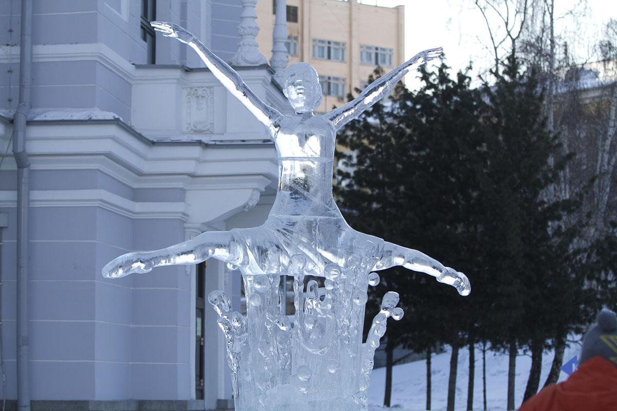 Ледяные девушки у Оперного будут развлекать публику до тепла