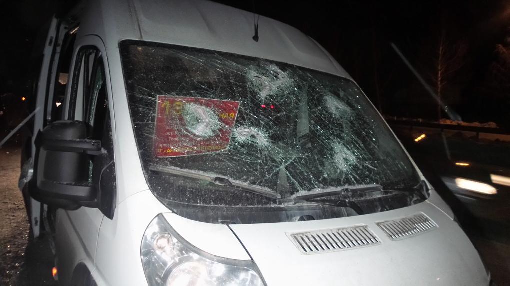 Побили стекла, прокололи шины: на Челябинском тракте парни с битами напали на маршрутку