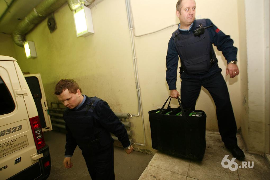 Фоторепортаж 66.ru: везем большие деньги из пункта А в пункт Б