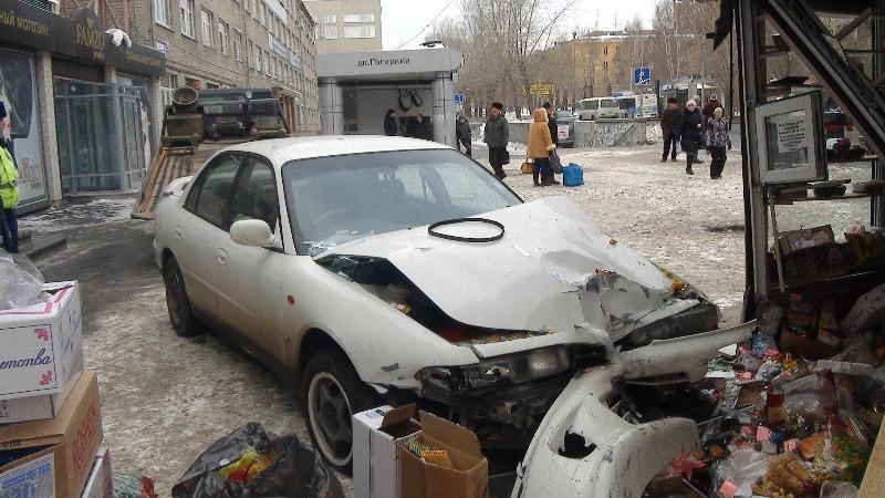 Иномарка сбила людей на остановке у ДК Гагарина
