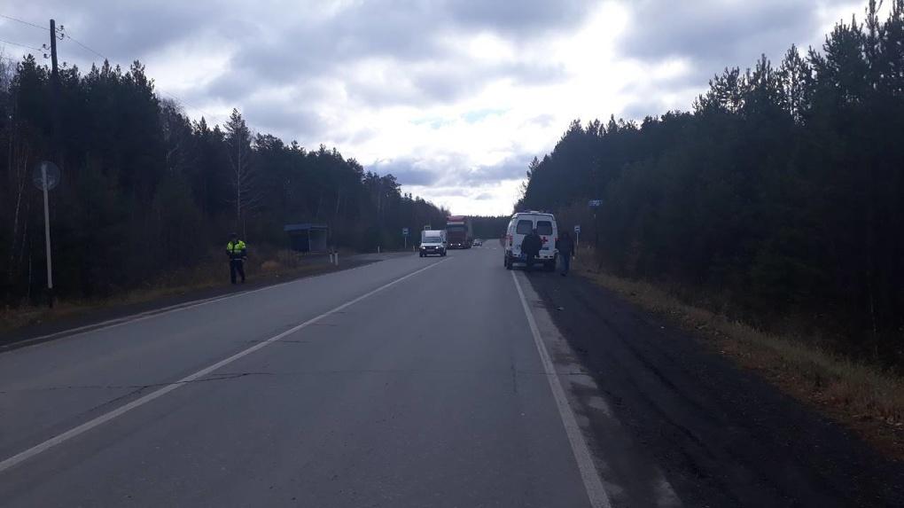 ВСвердловской области шофёр насмерть сбил мужчину натрассе и убежал