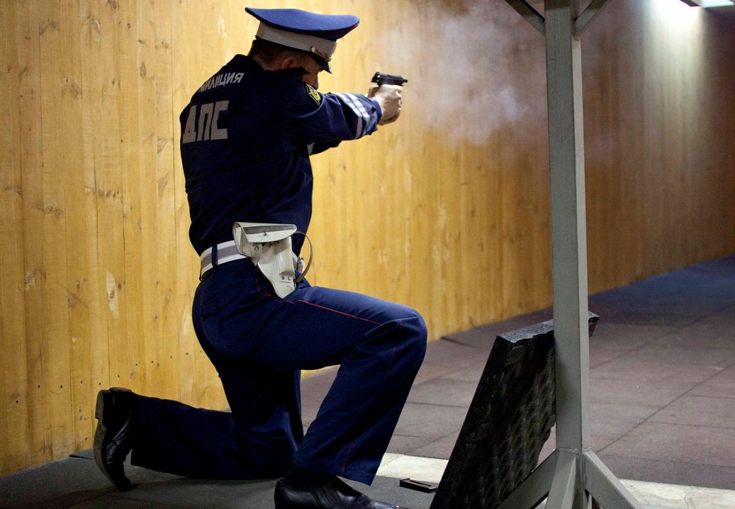 Свердловские гаишники выпустили 13 пуль в машину пьяного водителя