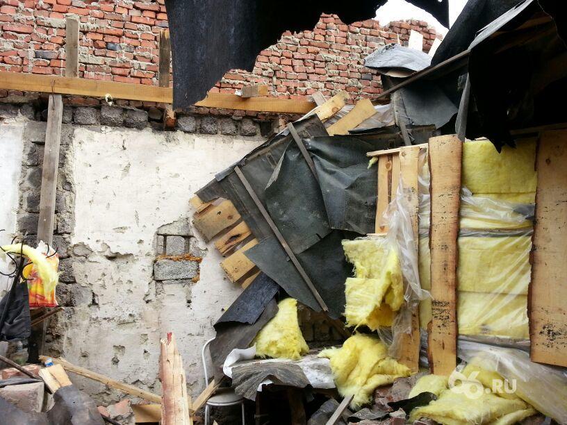 В селе около Полевского рухнул тракторный гараж