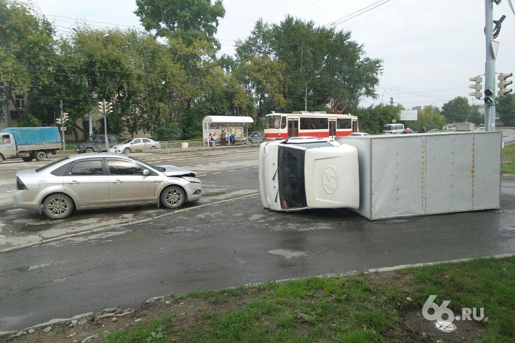 На Эльмаше грузовик перевернулся после столкновения с легковушкой