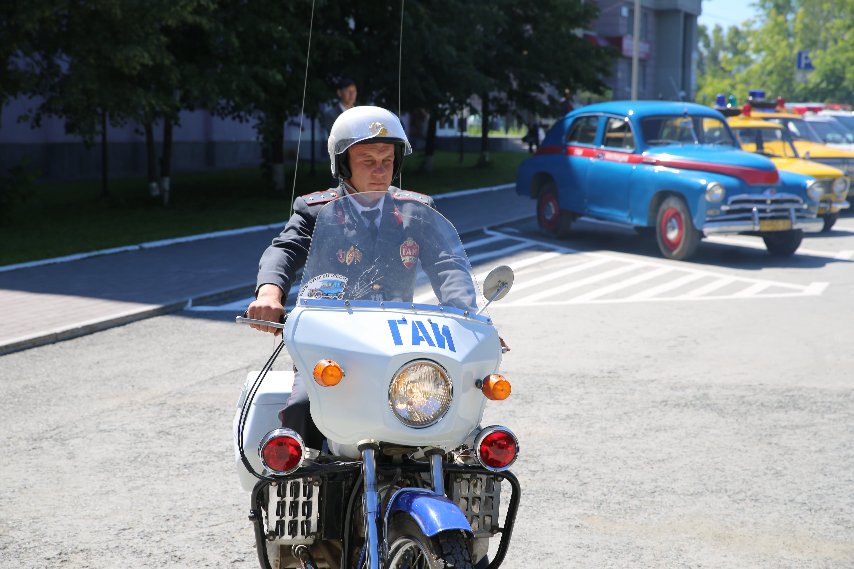 Уроки истории: по Екатеринбургу прошла колонна ретромашин ГАИ