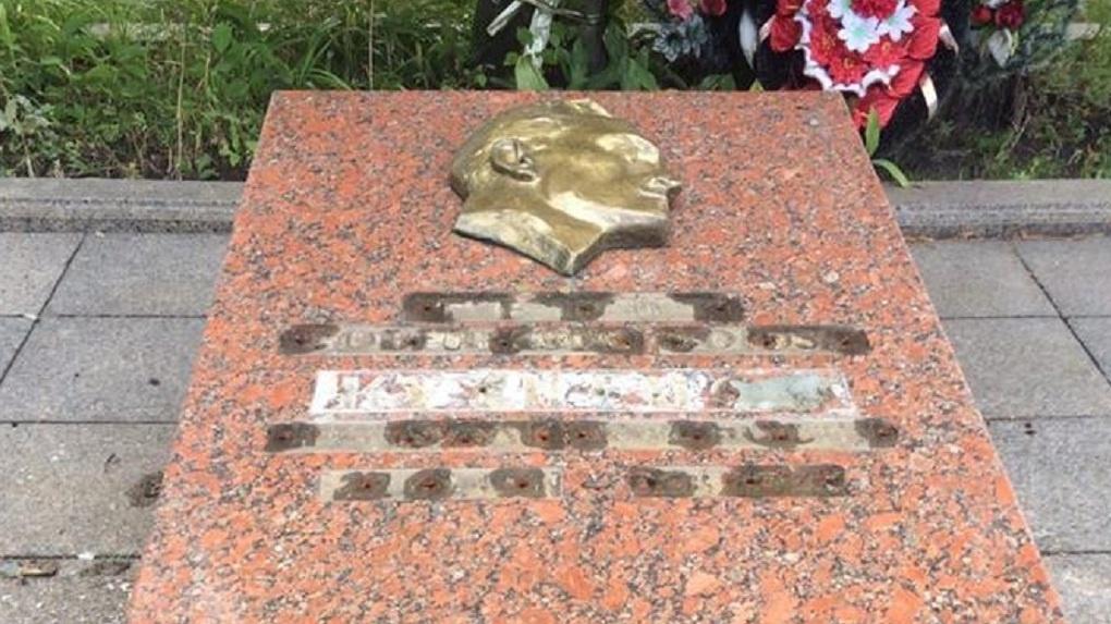 ВоЛьвове неизвестные осквернили могилу советского шпиона Николая Кузнецова