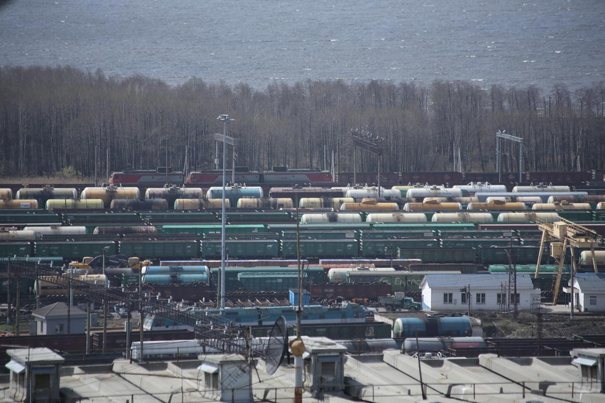 Составы пустили в объезд: спасатели растаскивают столкнувшиеся под Первоуральском поезда