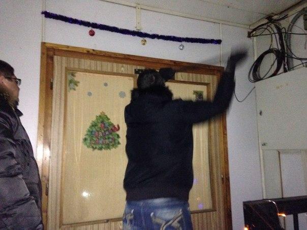 «Ворвались с ломами!» Жильцов бараков в Заречном силой выселяют в квартиры с плесенью