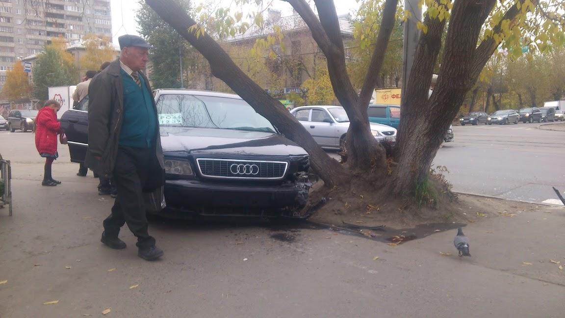 В ДТП на Малышева — Комсомольской иномарка вылетела на тротуар