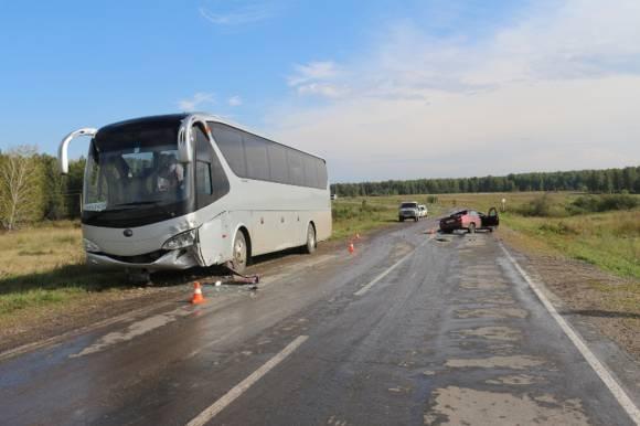 Под Каменском Daewoo врезалась в экскурсионный автобус из Екатеринбурга