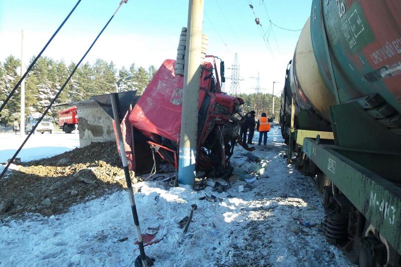 В Горном Щите поезд на переезде врезался в грузовик
