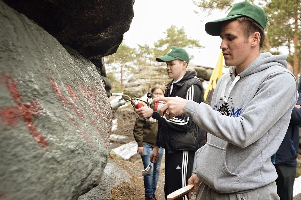 Екатеринбуржцы отмыли Каменные палатки от надписей «Здесь был Вася»