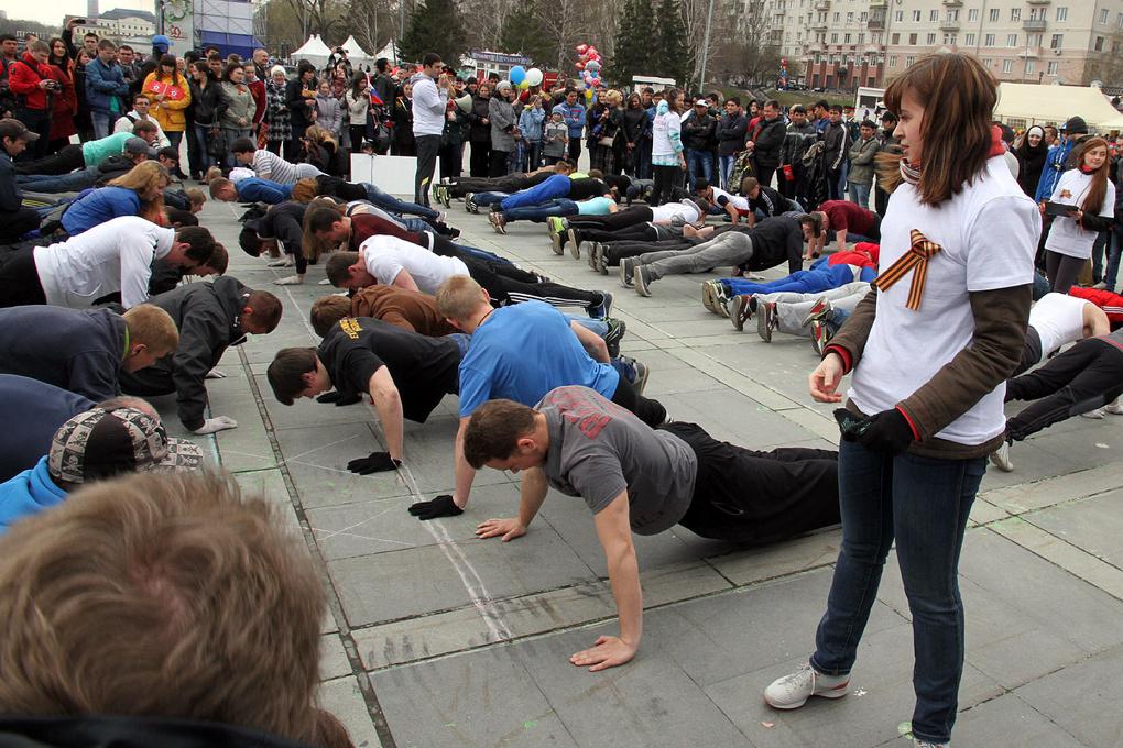 На Плотинке екатеринбуржцы сделали 25 203 отжимания — за каждый день после войны