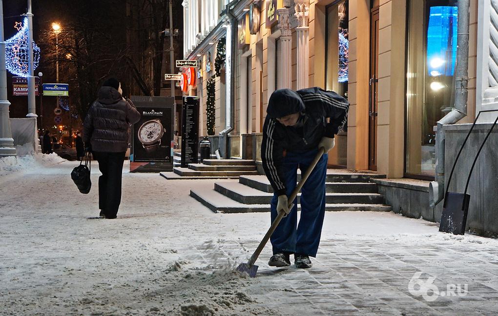 Мэрия убеждает: от снега и льда тротуары чистят круглые сутки