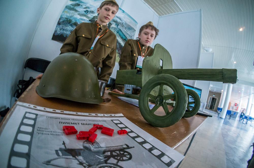 Свердловские школьники собрали военную технику из конструктора Lego