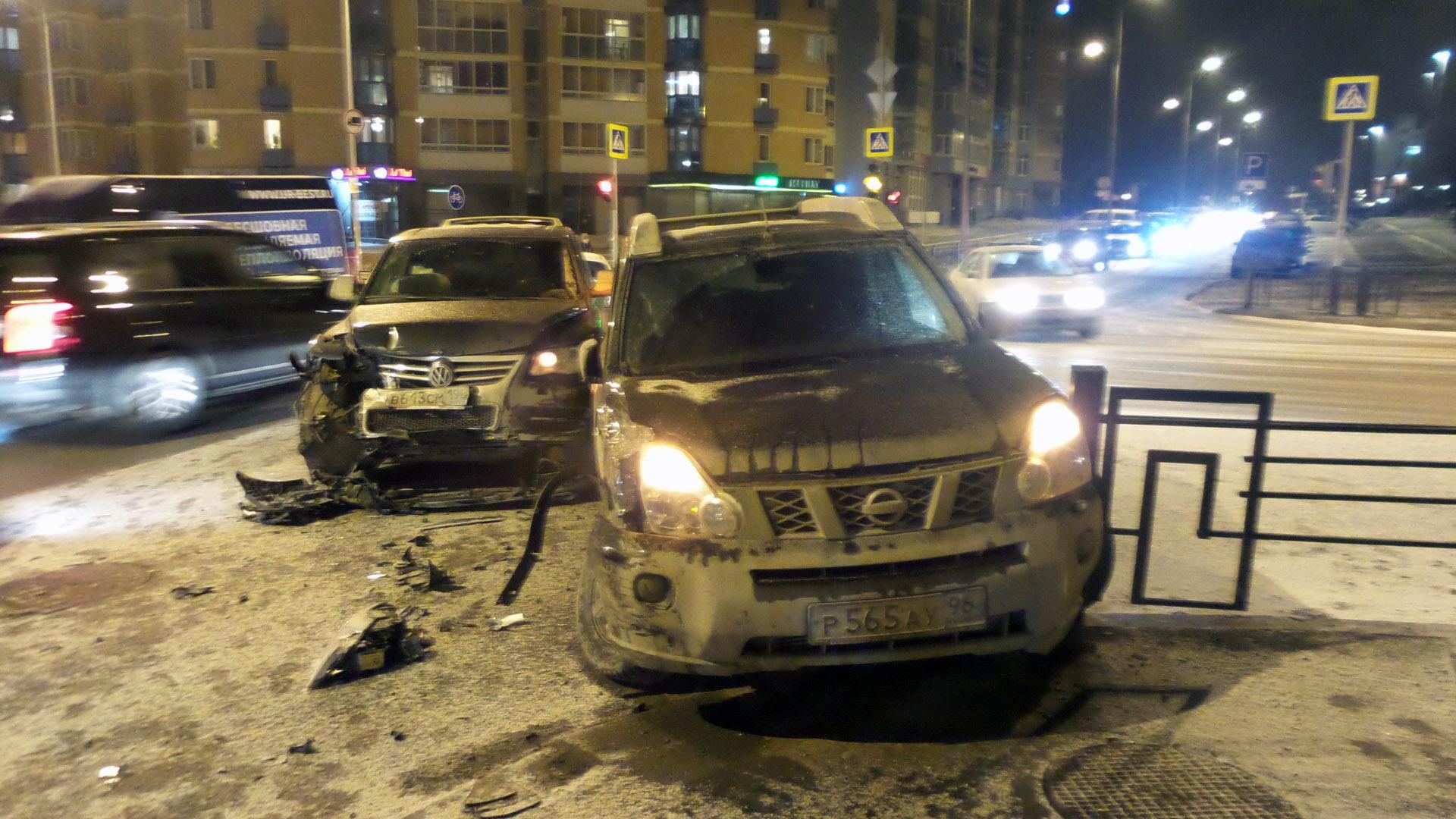 Машины увезли на автоэвакуаторах: две иномарки столкнулись около автовокзала