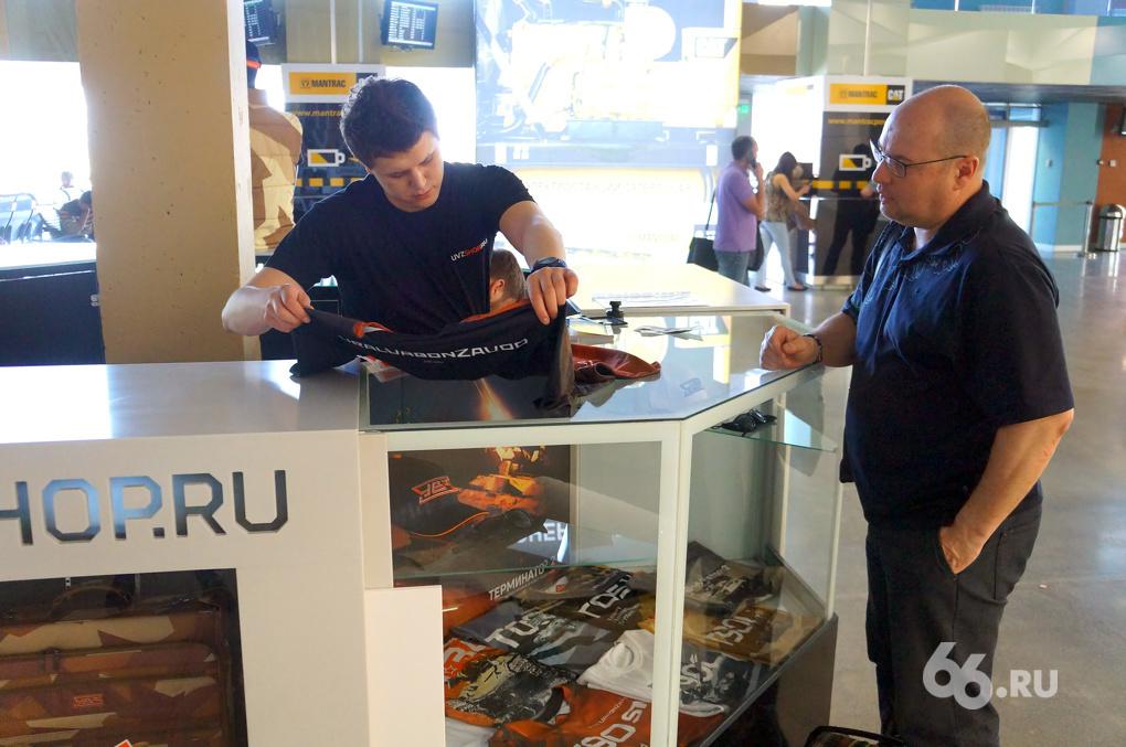 УВЗ начал продавать футболки с танками прямо в аэропорту