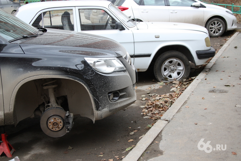 «Как Мамай прошел»: во дворе на Эльмаше прокололи шины сразу 30 автомобилям