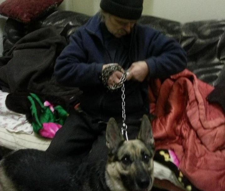 Мужчину, которого семья выгнала в мороз из-за собаки, вернули домой