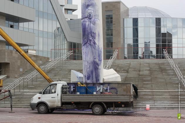 Полиция заподозрила бывших нацболов в осквернении памятника Ельцину