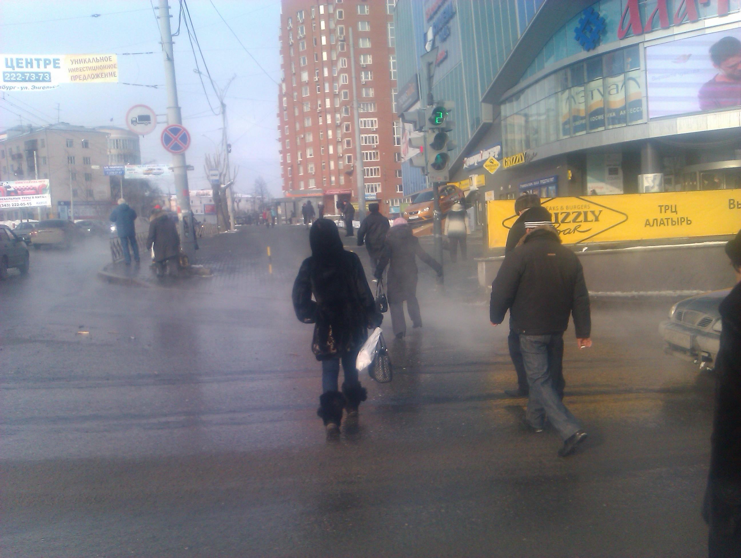 В центре Екатеринбурга ликвидируют прорыв канализации