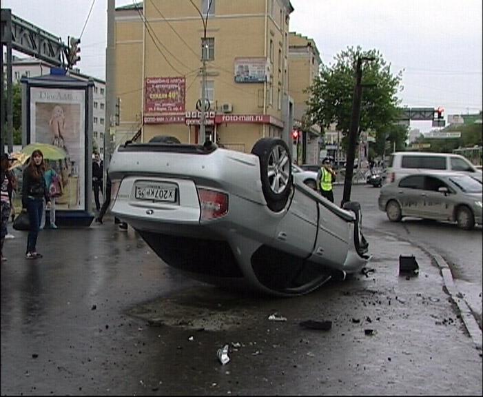 В Екатеринбурге Subaru встал на крышу после столкновения с «восьмеркой»