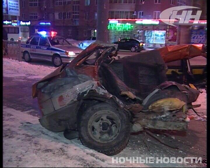 В аварии на ВИЗе грузовик разорвал Lada пополам