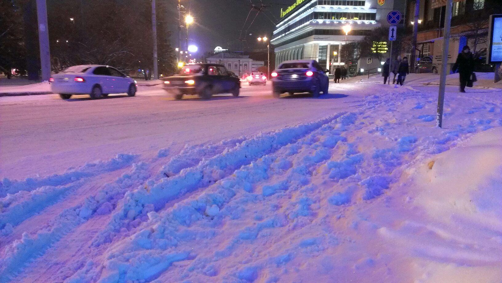 Массовые аварии на заснеженных улицах парализовали Екатеринбург