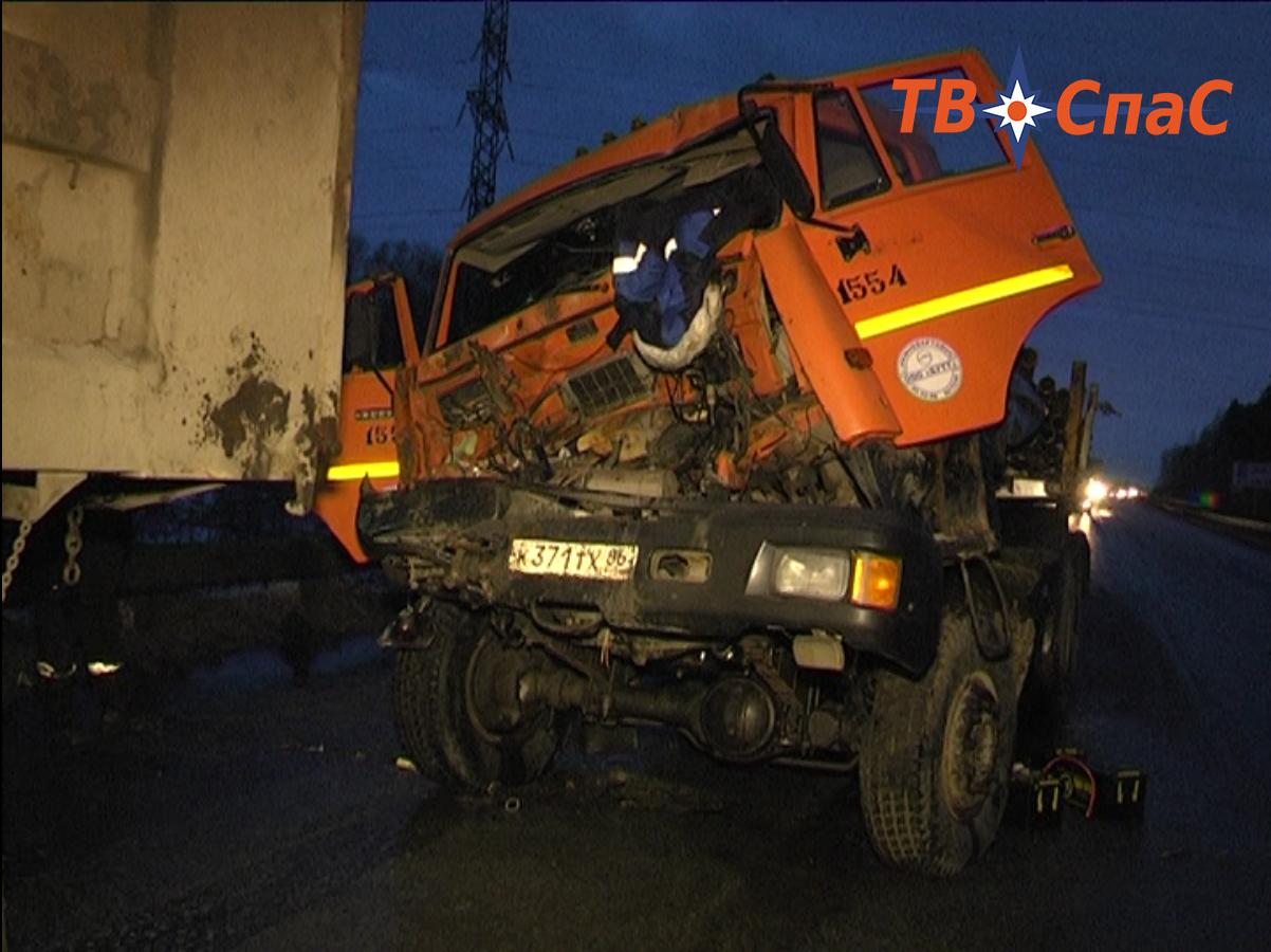 Два человека пострадали при столкновении грузовиков на ЕКАД