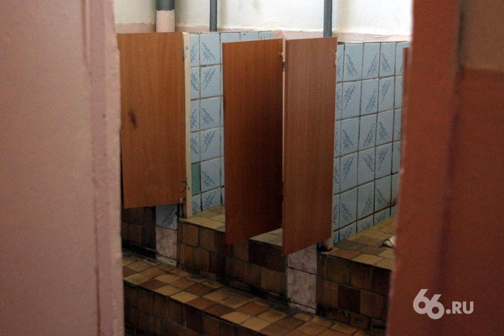 Екатеринбурженка побила чужого ребенка в школьном туалете